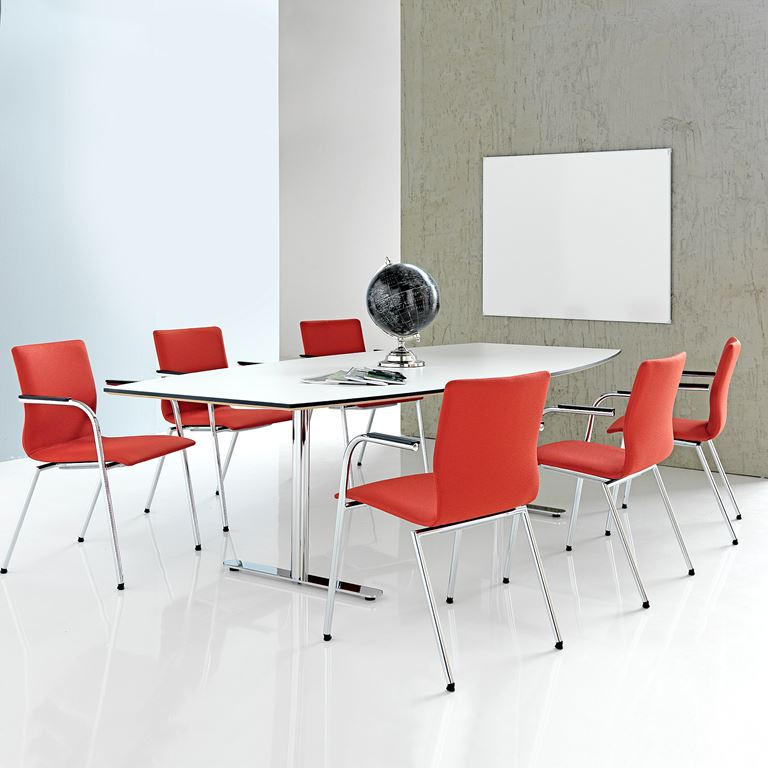 Czerwone krzesło konferencyjne z podłokietnikami