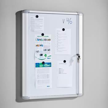 Låsbar oppslagstavle for innendørsbruk